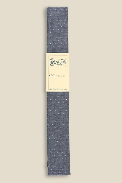 Một cà vạt nơ chấm bi