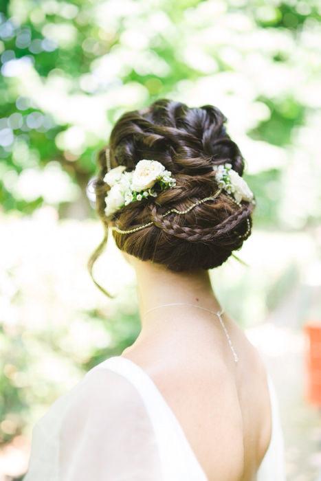 Tóc búi điểm thêm những cành lá và hoa đem lại vẻ đẹp thật ngọt ngào.