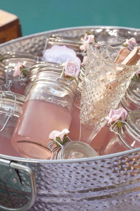 Đồ uống được chuẩn bị sẵn, chứa trong lọ, để trong xô đá lạnh.