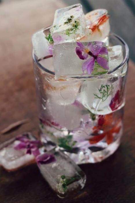 Những viên đá lạnh với những cánh hoa bên trong làm nổi bật ly thức uống.