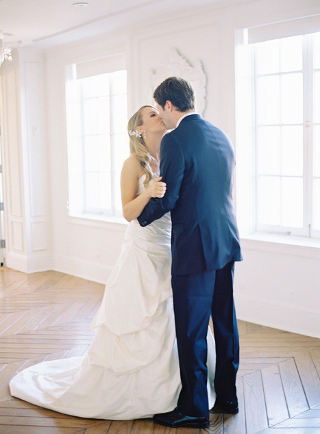 Nụ hôn lãng mạn của cô dâu, chú rể
