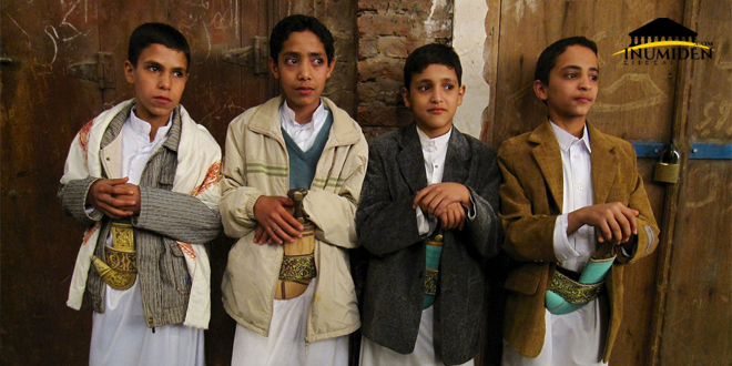 أطفال يمنيين بلباس تقليدي