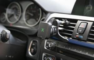 Magnethalter im Auto mit QI Ladefunktion