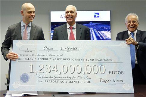 Ο διευθύνων σύμβουλος του ΤΑΙΠΕΔ,Αντώνης Λεούσης (Κ), ο διευθύνων σύμβουλος της Fraport Greece Alexander Zinell (Α) και ο Δημήτρης Κοπελούζος, πρόεδρος του Ομίλου Κοπελούζου