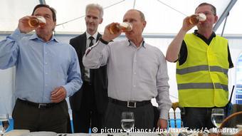 O Γκέρχαρντ Σρέντερ με τον Βλαντιμίρ Πούτιν το 2009