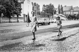 Kinder mit Regenschirm - Magdeburg 1989