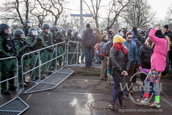 Polizei versperrt Demonstranten den Weg über die Strombrücke