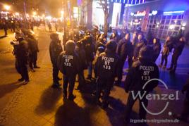Polizei schützt MAGIDA vor No MAGIDA - Demonstranten