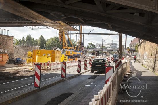 Bauarbeiten City Tunnel Magdeburg - Nadelöhr Bahnunterführung - Kraftfahrzeuge, Straßenbahnen, Fußgänger und Fahrradfahrer nah beieinander