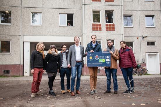 Sören Herbst (4. v.l.)  und Mitstreiter von MediNetz Magdeburg e.V. präsentieren die Gesundheitskarte