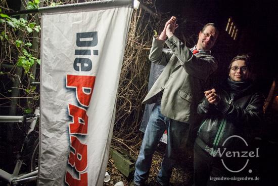 Martin Bochmann, Landesvorsitzender Die Partei und Anton Müller, Kreisvorsitzender Magdeburg (r.) sammeln Unterschriften für die Zulassung zur Landtagswahl 2016