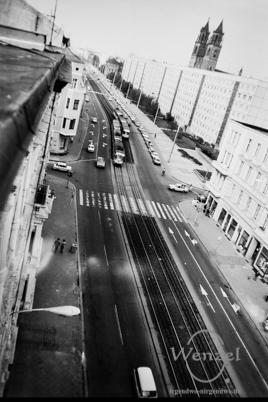 Blick von den Dächern am Hasselbachplatz auf die Karl-Marx-Straße Richtung Dom