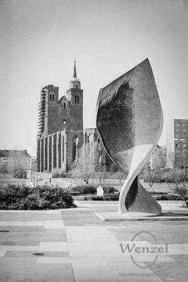 Monument der Völkerfreundschaft (im Hintergrund Ruine Johanniskirche)