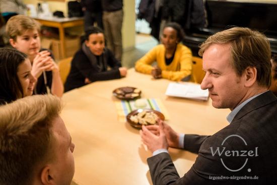 Jürgen Trittin besucht den Flüchtlingstreffpunkt der St. Norbert Gemeinde Buckau