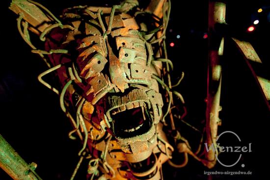 CronenbergMensch  // Metallkunst von Pawel Lickas –  Installation Familienhaus im Park