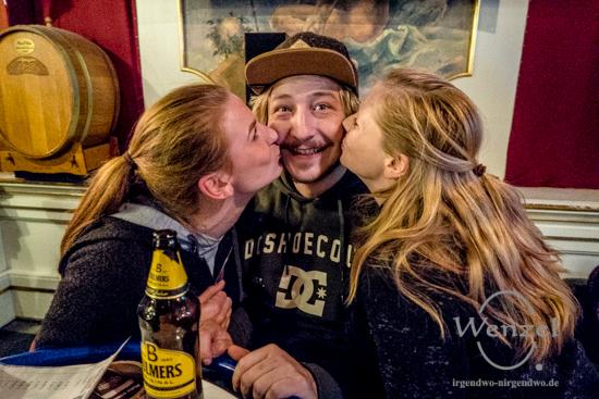 Küsschen für den Jurygewinner Marcel Metzner