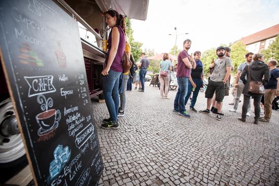 Limonade selber machen und verkosten, der Musik lauschen und chillen: Limo & Liebe gab's vor dem Getränkefeinkost Magdeburg Buckau.