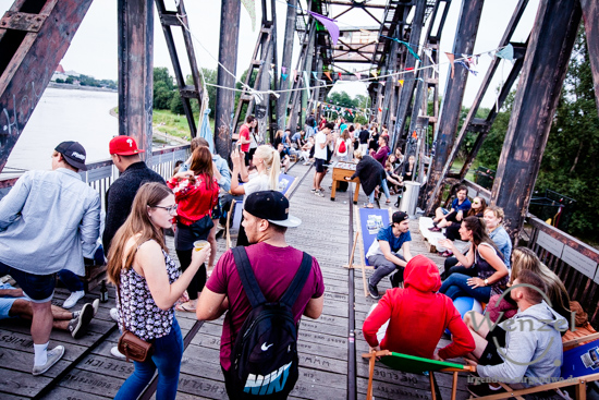 Relax by the River – Hubbrücke wird zur Whoopbrücke –  Foto Wenzel-Oschington.de
