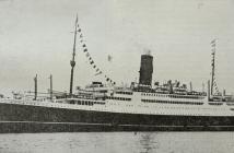 Το υπερωκεάνιο «Νέα Ελλάς» στο λιμάνι του Πειραιά