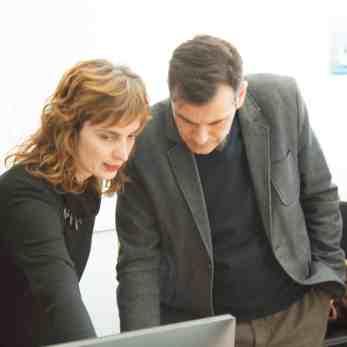Η κα Βαρβάρα Βασδέκη, Υπεύθυνη Επικοινωνίας της SQLearn μαζί με τον Δήμαρχο της Χίου, κ. Μανώλη Βουρνού