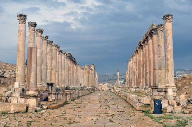 Jerash_-_colonnaded_street