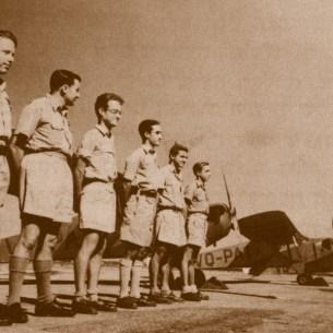 """טייסי הפלמ""""ח ליד מטוסי חברת אוירון שבהם התאמנו, 1947, ארכיון ההגנה"""