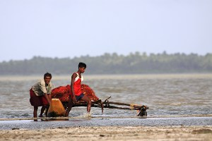 Small-scale sustainable fishing by canoe