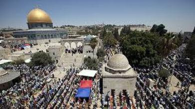 Palestinians praying on Temple Mount