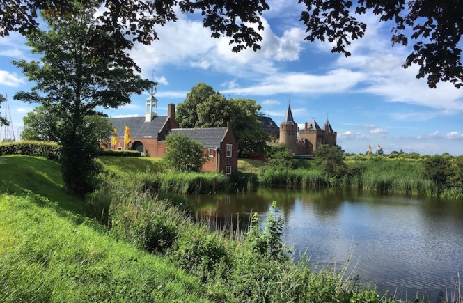 Looking for an unusual day trip from Amsterdam? Why not Naarden! Naarden is a 17th century fortified town about 30 miles east of Amsterdam.