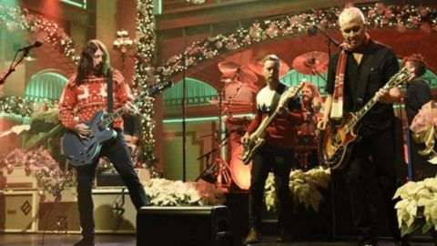 Foo Fighters Perform On \u0027Saturday Night Live\u0027 Utter Buzz!