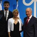 Israel's President Shimon Peres (R) pose