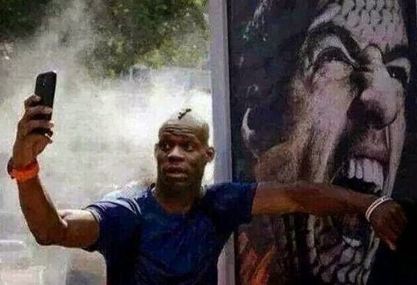 Balotelli'den ısırık selfiesi