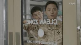 Kapten Yo Si-jin (Song Joong-ki) dan Mayor Seo Dae-young (Jin Goo) DotS Episode 11