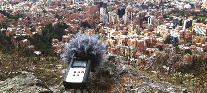 Un micrófono capta los sonidos cercanos y lejanos de los cerros orientales, como parte de la investigación-creación liderada por el profesor Roberto Cuervo. FOTO: Archivo particular