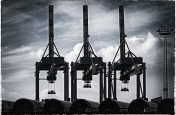 Three harbour cranes posing in Bremerhaven ... they aren't wagging their arms, are they? NEVER ARGUE WITH CRANES !!!