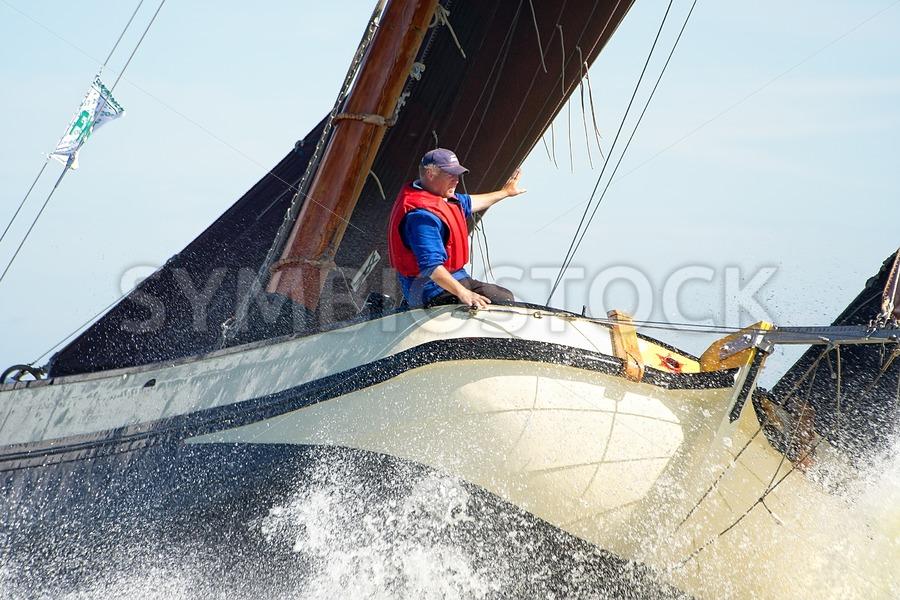 Skutsje knalt spectaculair door golven - Jan Brons Stock Images