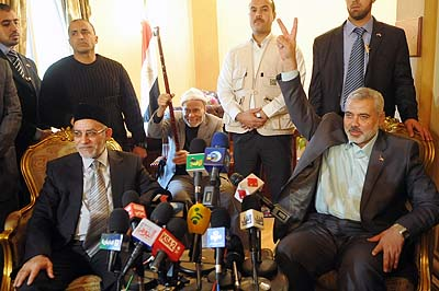 Egypt&#039;s Muslim Brotherhood leader Mohammed Badie (L) talks during a news conference with senior Hamas leader Ismail Haniyeh during their meeting at the headquarters of the Muslim Brotherhood movement in Cairo December 26, 2011.