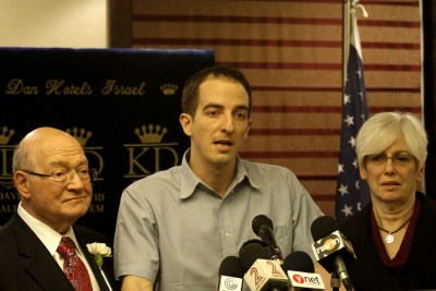U.S. Congressman Gary Ackerman, Ilan Grapel, and Grapel's mother at a press conference
