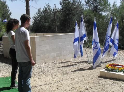 Israeli high school students pay their respects to Holocaust survivors who fell fighting during Israel's War of Independence in 1948 on Mount Herzl in Jerusalem.
