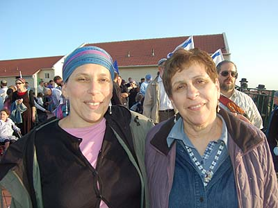 Barbara Dorevitch (r.) and her daughter Judy Simon cannot imagine an evacuation happening.