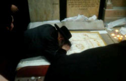 Rabbi Aaron Teitelbaum, Satmar Rav, praying at grave of Yetev Lev.
