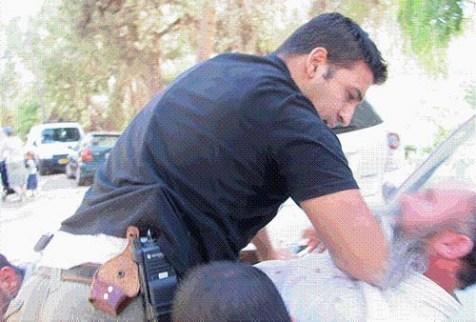 Police manhandling Orthodox man, no warrant presented