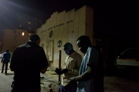 Police check documents of African migrants in Tel Aviv. (illustrative only)