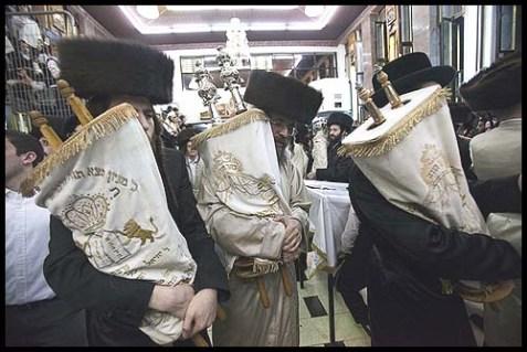 Worshippers on Simchat Torah (Illustration)