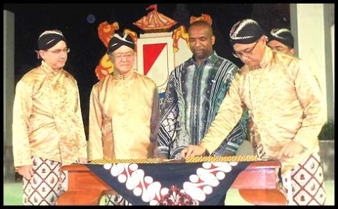 U.S. Ambassador to Indonesia Scot Marciel (second from right) in a traditional Javanese outfit.