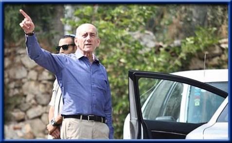 Former Israeli prime minister Ehud Olmert pointing.