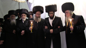 Under the chuppah (L-R): The Hivnover Rav; the Liska Rebbe; Rabbi Sholom Chaim Friedlander (father of the chassan); the chassan; and the Rimanover Rebbe. (Credit: Shmuel Lenchevsky)