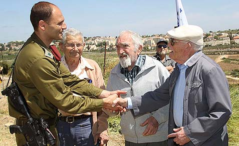 IDF Etzion brigade commander Col. Yaniv Alalouf (with Jewish men who fought in Gush Etzion in 1948).