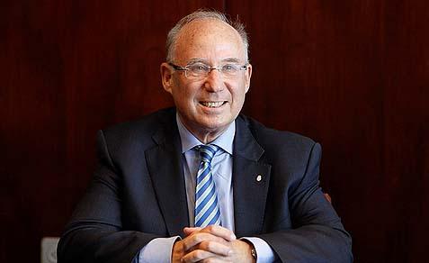 Former Israel bank Governor Ya'kov Frankel (owns a really big suit carrier).