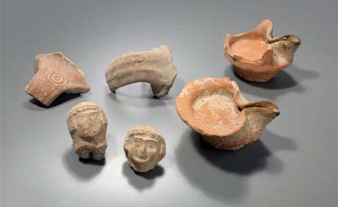 Various finds from the fill layer of the end of First Temple period: oil lamps, LMLKstamped handles and female figurines.